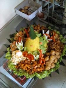 Pesan nasi tumpeng di lenteng agung